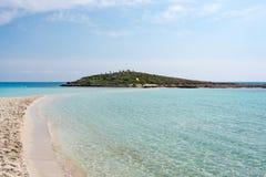 Eau de mer transparente claire Fond marin naturel Papier peint bleu d'océan, vague de mer le jour de soleil Crystal Clear images stock