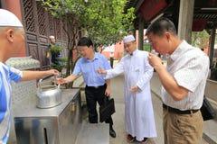 Eau de puits antique de boissons de visiteur dans la mosquée de salaf de Canton image stock