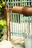 Eau de puits et un seau sur une chaîne Photos stock