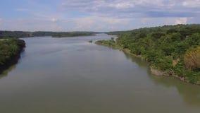 Eau de rivière énorme sortant du réservoir électrique hydraulique de barrage banque de vidéos