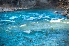 Eau de rivière bleue avec des vagues Image stock