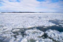 Eau de rivière d'hiver avec de la glace de flottement Photo libre de droits