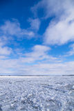 Eau de rivière d'hiver avec de la glace de flottement Photographie stock libre de droits