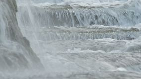 Eau de rivière fonctionnant dans la naissance d'une rivière banque de vidéos
