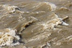 Eau de rivière fulminante d'inondation image stock