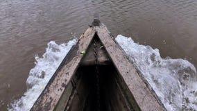 Eau de rivière passant par la tige en bois de dessous de bateau clips vidéos