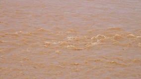 Eau de rivière sale de ondulation banque de vidéos