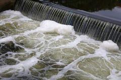 Eau de rivière sale tombant de la crevasse et de la mousse Photo stock