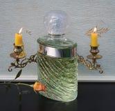 Eau de Rochas, Duft für große Parfümflasche der Damen vor Kandelabern eines Klaviers mit den glänzenden Kerzen verziert mit einer stockbild