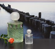 Eau de Rochas, fragancia para las señoras, botella de perfume grande al lado de una botella de perfume comercial delante de la im foto de archivo libre de regalías