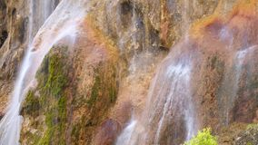 Eau de source Cascade épique L'eau de source banque de vidéos