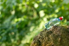 Eau de source mis en bouteille photos libres de droits