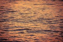 Eau de surface dans le temps de coucher du soleil Photographie stock