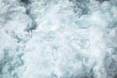 Eau de surface de mer agitée, surface bleue de l'eau de texture de mousse de vague de mer derrière de canot automobile rapide Photographie stock
