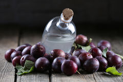Eau-de-vie fine de prune, tuica roumain photographie stock libre de droits