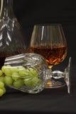 Eau-de-vie fine et raisins Photos stock