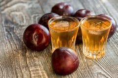 Eau-de-vie fine ou slivovitz de prune avec la prune fraîche et savoureuse Photo libre de droits