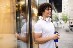 Eau douce potable d'homme bel de coureur dans la zone urbaine photos libres de droits
