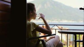 Eau douce potable de touristes femelle de verre Jeune voyageur dans la chemise jaune appréciant la vue étonnante tout en détendan banque de vidéos