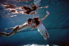 Eau du fond dans la piscine avec de l'eau le plus pur Étreindre affectueux de couples Le sentiment de l'amour et de la proximité Photo stock