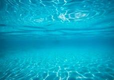 Eau du fond sous le bleu lumineux d'espace libre de mer Images libres de droits