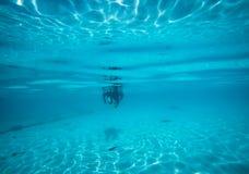 Eau du fond sous le bleu lumineux d'espace libre de mer Images stock