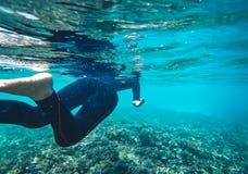 Eau du fond sous le bleu lumineux d'espace libre de mer Photo stock
