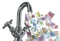 Eau du robinet avec d'euro billets de banque Photo libre de droits