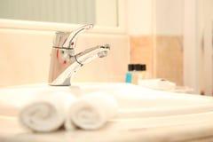 eau du robinet de luxe dans l'hôtel Images stock