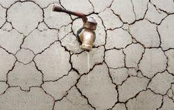 Eau du robinet sur un mur criqué Image libre de droits