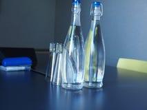 Eau en bouteille dans le lieu de réunion Images stock