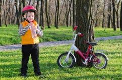 Eau en bouteille potable de petit garçon photo libre de droits