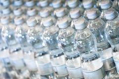 Eau en bouteille pure dans de petites bouteilles pratiques à vendre sur le shel de magasin Photo stock