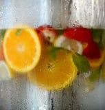 Eau froide avec des fruits Images stock