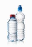 Eau Les petites bouteilles d'eau en plastique avec de l'eau se laisse tomber sur le CCB blanc Image libre de droits