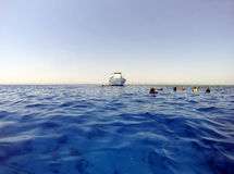 Eau libre et plongeurs avec le bateau Photographie stock libre de droits
