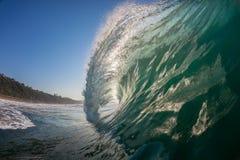 Eau-photo creuse de lancement de vague photographie stock libre de droits