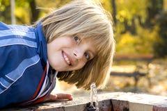 Eau potable d'enfants images libres de droits