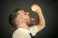 Eau potable d'homme avec un citron homme avec un citron Fruit et aliment biologique sain Photographie stock libre de droits