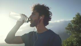 Eau potable d'homme de forme physique de bouteille banque de vidéos