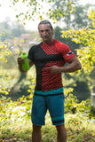Eau potable de Bodybuilder de Shaker Outdoors In Nature photo stock
