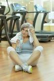 Eau potable de femme aîné en gymnastique Photo stock