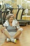 Eau potable de femme aîné en gymnastique Photographie stock