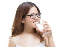 Eau potable de femme en bonne santé Photo stock