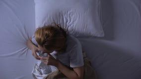 Eau potable de femme malade pour calmer la br?lure d'estomac et l'indigestion, grippe intestinale banque de vidéos