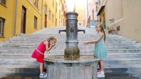 Eau potable de filles adorables de fontaine de rue au jour d'été chaud à Rome, Italie clips vidéos