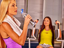 Eau potable de filles dans le gymnase de sport Photo libre de droits