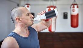 Eau potable de Kickboxer photographie stock libre de droits