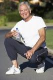 Eau potable de repos et d'homme supérieur après exercice Images stock