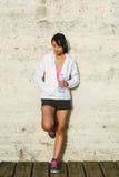 Eau potable de repos et de femme de sport photo stock